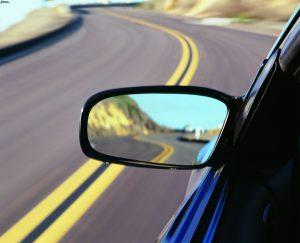 specchio-retrovisore-auto-strada-161521