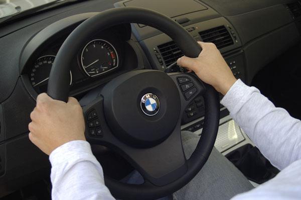 10 formas de coger el volante que te pueden suponer una sanción